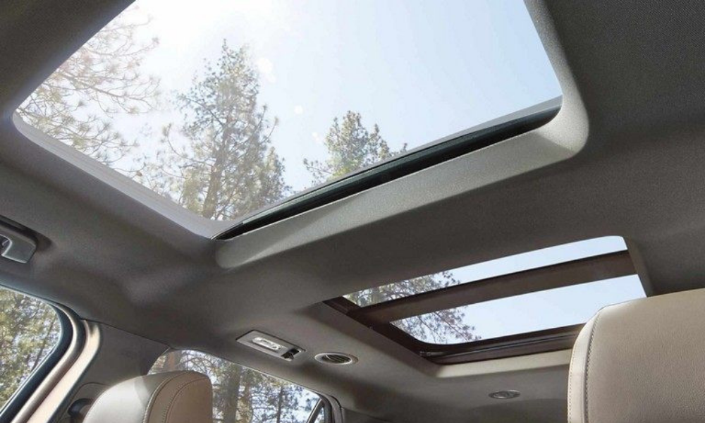 See all your surroundings with the twin panel moonroof