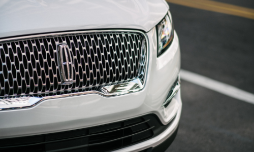 Lincoln's signature grille captivates the eye.