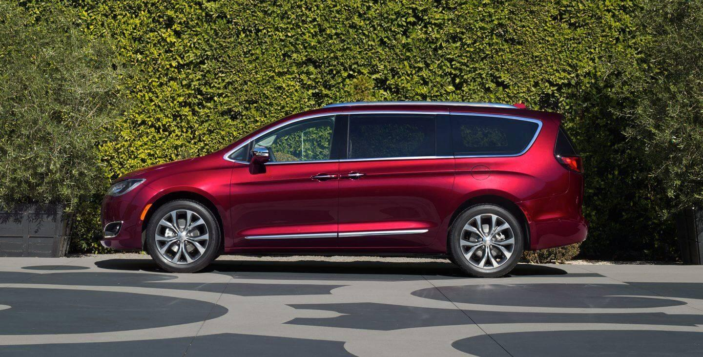 2017-chrysler-pacifica-gallery-exterior-profile-red